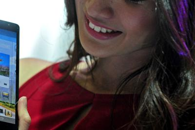Donna_cellulare_sorriso_xin
